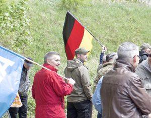 Stephan Ernst (Bildmitte) und Markus Hartmann (rechts daneben) auf AfD Kundgebung in Eisenach am 1. Mai 2018. Bild: Mark Mühlhaus