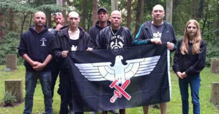 """Gruppenfoto """"Aryan Circle"""", Bernd Tödter in der Mitte"""