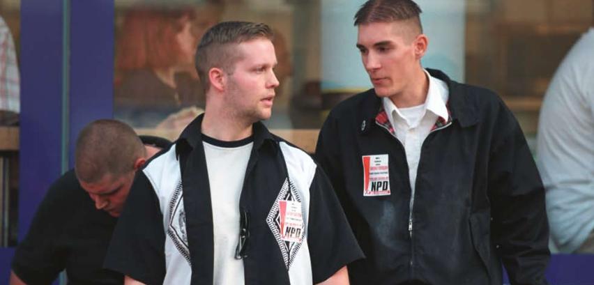 Stephan Ernst (links) und Mike Sawallich (rechts) bei NPD-Kundgebung am Stern in Kassel 2002