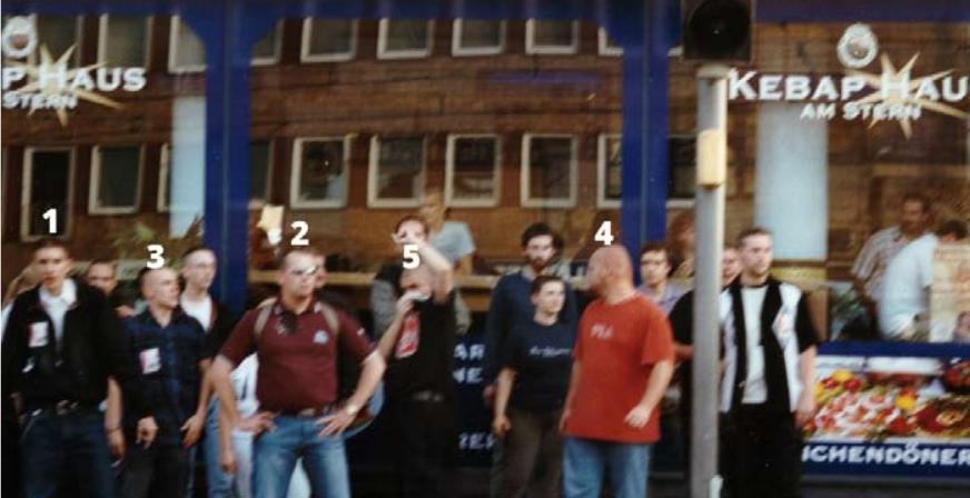 Nazigruppe, die sich 2002 in Kassel am Rande einer NPD-Wahlkampfveranstaltung am Stern versammelt hatte. Neben Stephan Ernst (ganz rechts) treten weitere zentrale Figuren der Kasseler Neonazi-Szene dort in Erscheinung.